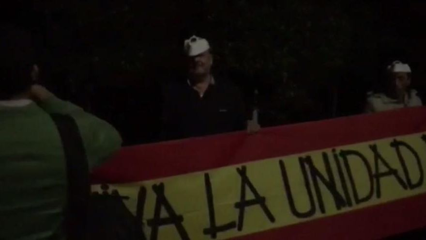 Un grupo ultra acosa a Oltra delante de su casa