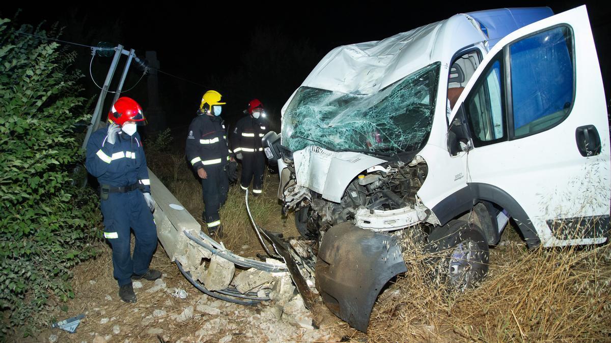 Los bomberos evalúan un vehículo choca contra un poste de la luz en la localidad salmantina de Retortillo