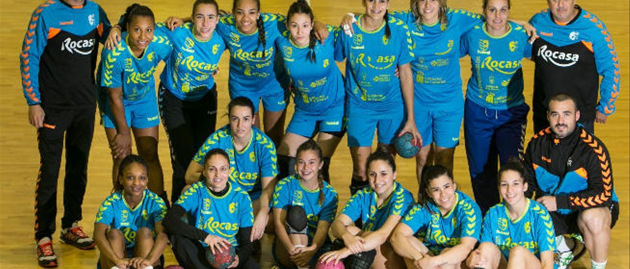 Las jugadoras y el cuerpo técnico del Club Balonmano Remudas, el pasado jueves antes de un entrenamiento.