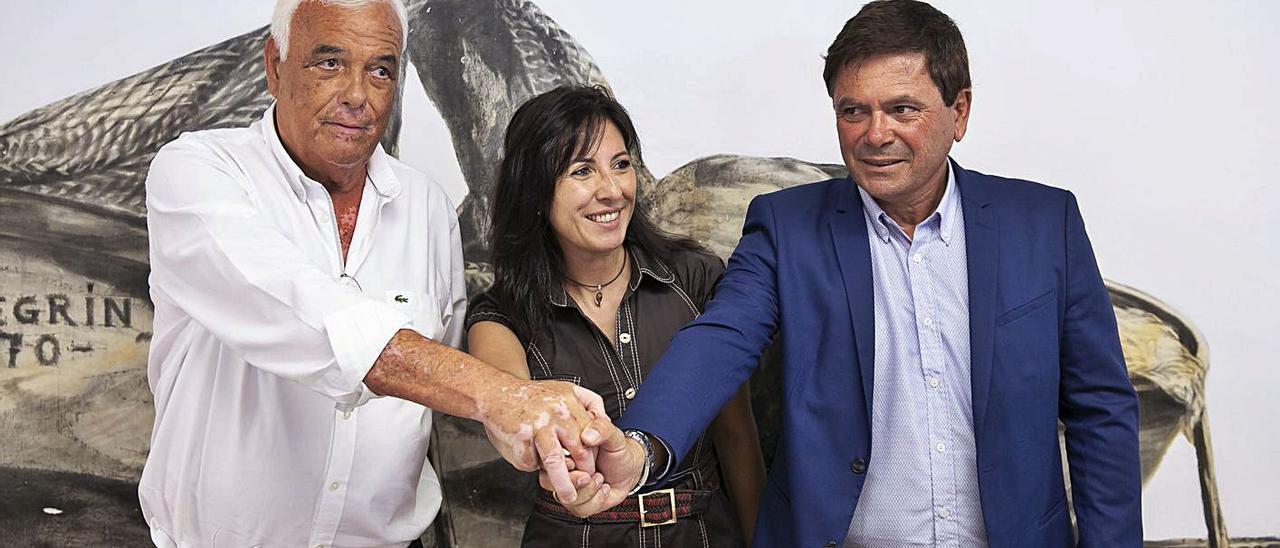 El alcalde Pedro Armas, primero por la derecha, con su entonces socios de gobierno, Dunia Álvaro y Miguel A. Graffigna .