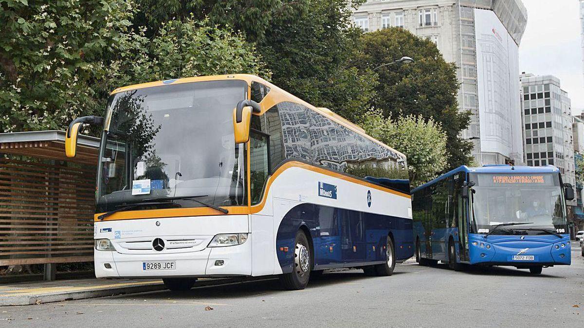 Autobuses en la parada de Entrejardines, en A Coruña.