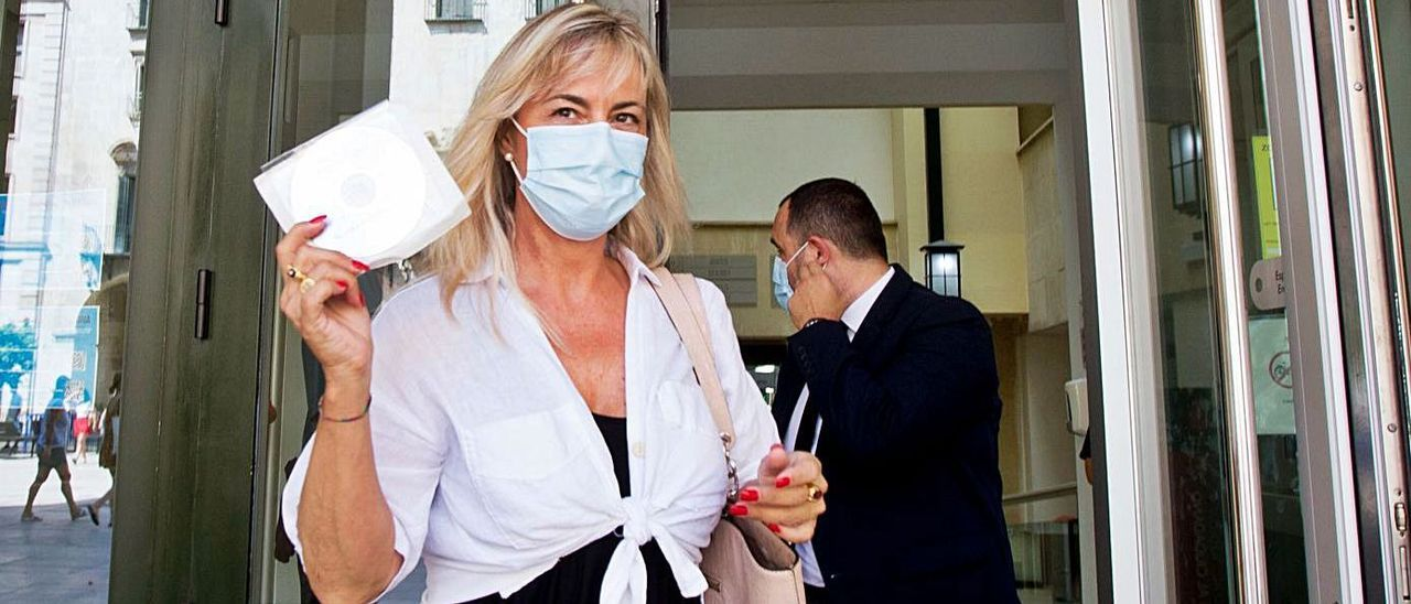 Sonia Castedo sale de la Audiencia la semana pasada tras recoger la sentencia del PGOU. | JOSE NAVARRO