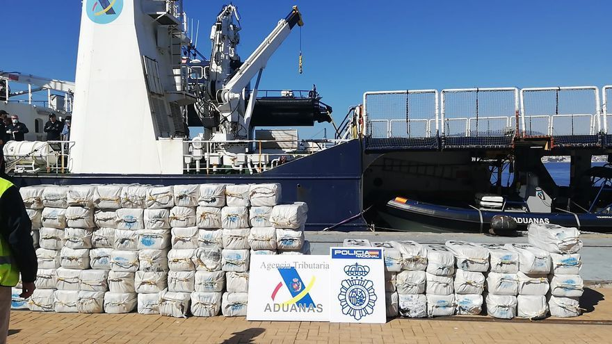 Desembarcan en Vigo las dos toneladas de cocaína incautadas en un velero en el Atlántico
