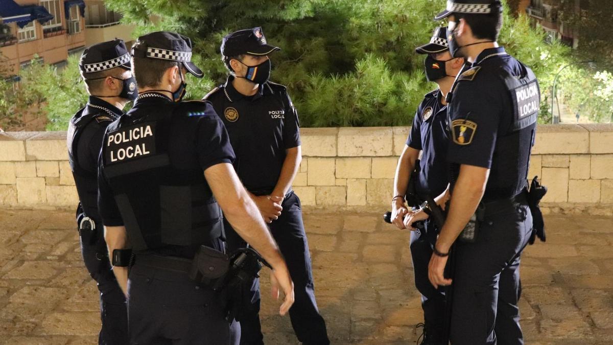Agentes de la Policía Local durante el servicio nocturno