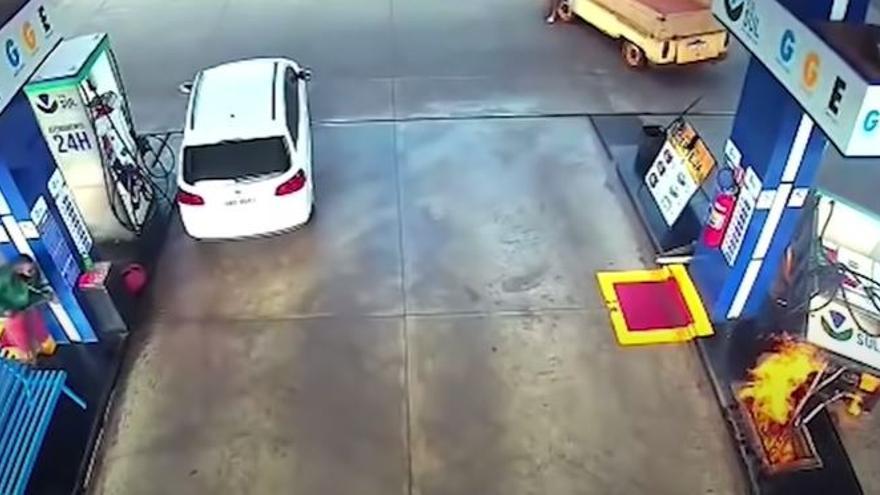 El impactante vídeo de cómo un coche provoca un incendio en una gasolinera