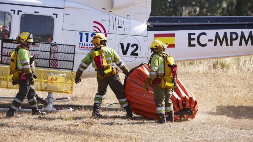 Hasta 16 medios aéreos sofocan dos incendios en la Vall d'Albaida