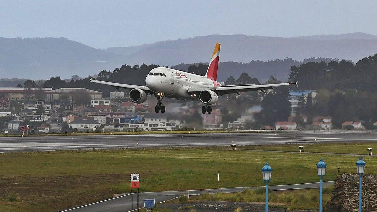 Un avión de Iberia toma tierra en el aeropuerto de Alvedro. |   // CARLOS PARDELLAS