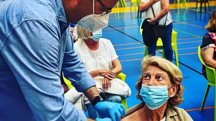 Un concejal vacuna a sus  propios vecinos en Benalmádena