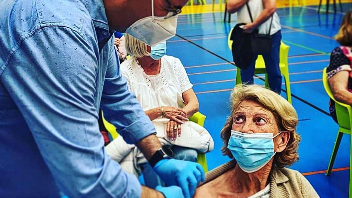 El edil socialista de Benalmádena Javier Marín, durante esta nueva vacunación masiva. | L. O.