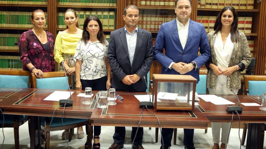 El exconsejero Morera asesora a Teresa Cruz para elegir a los cargos de Sanidad