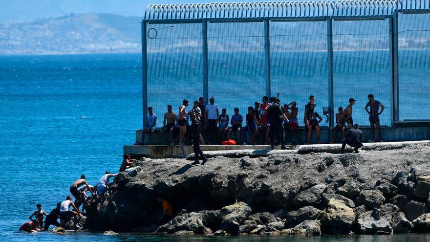 Más de 3.000 inmigrantes entran a Ceuta por los espigones fronterizos