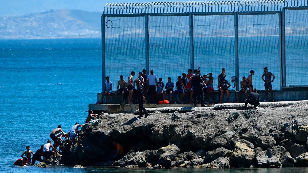Más de 2.700 inmigrantes entran a Ceuta por los espigones fronterizos