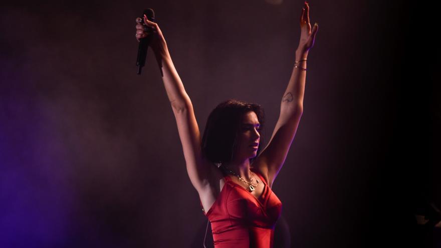 Dua Lipa retrasa sus conciertos en Madrid y Barcelona a 2022
