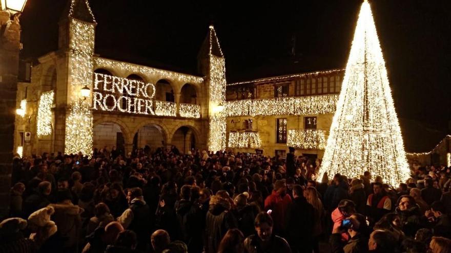 La Plaza Mayor de Puebla de Sanabria, iluminada con las luces de Ferrero Rocher.