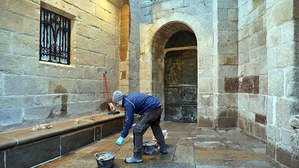 Un operario de la Catedral, ayer, ultimando los preparativos para la ceremonia.   | // XOÁN ÁLVAREZ