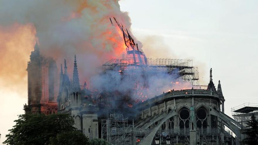 El fuego devoró Notre Dame.