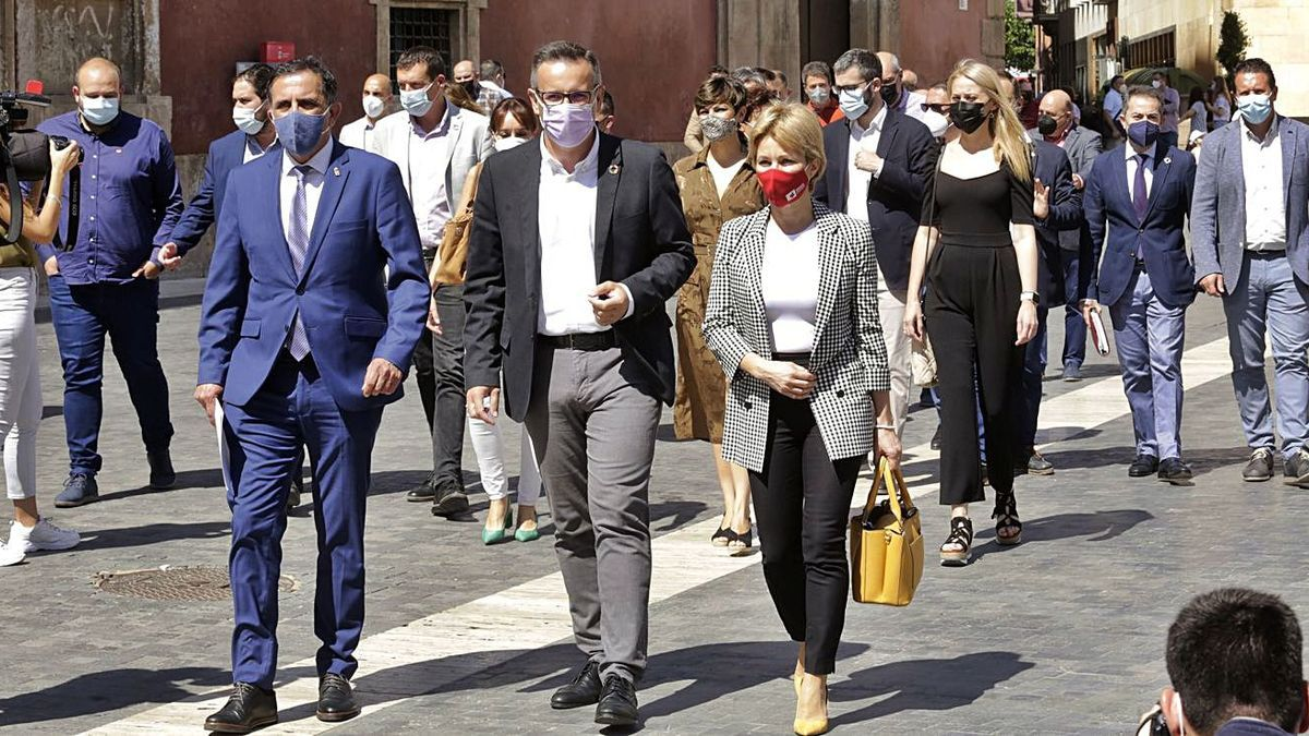 Alcaldes y alcaldesas socialistas, junto a Conesa, ayer a su llegada a la Plaza Belluga.