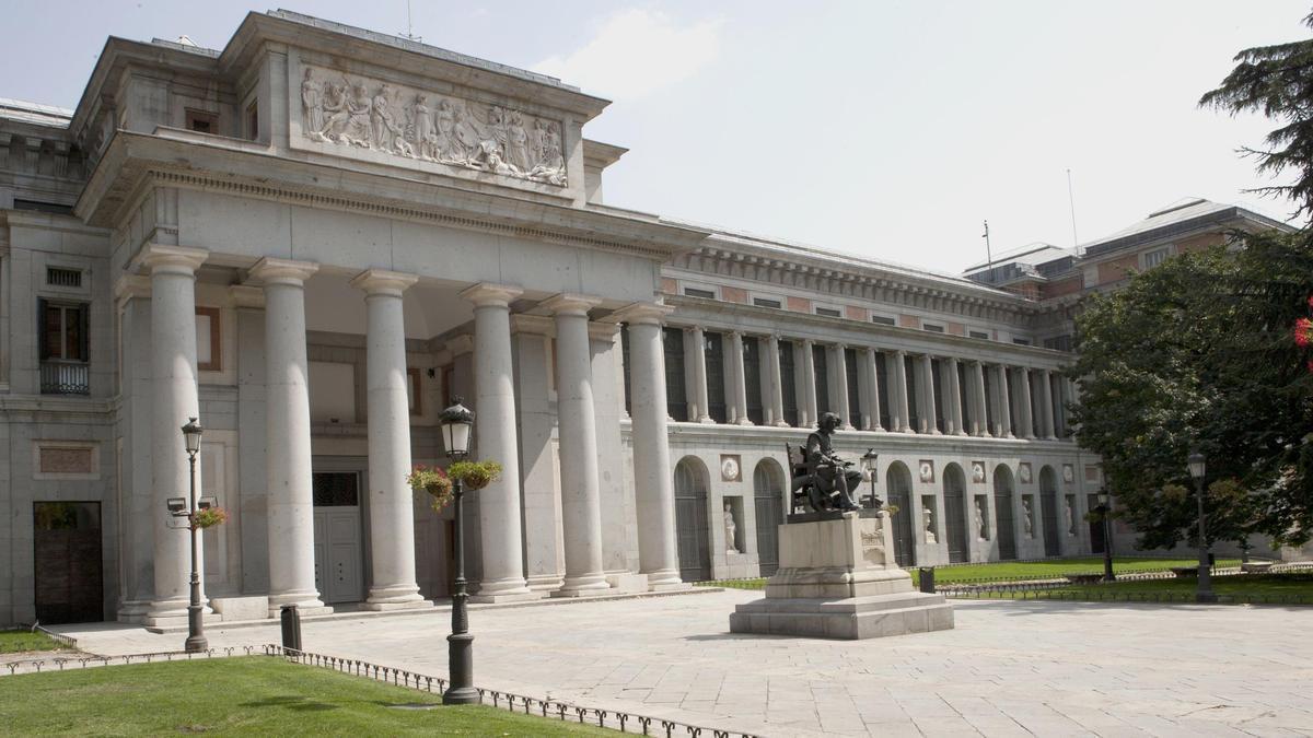 Una de las puertas del Museo del Prado
