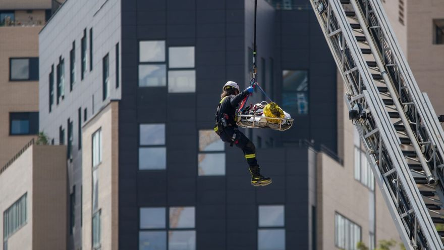 Heridos graves dos trabajadores al derrumbarse un edificio en obras en Barcelona