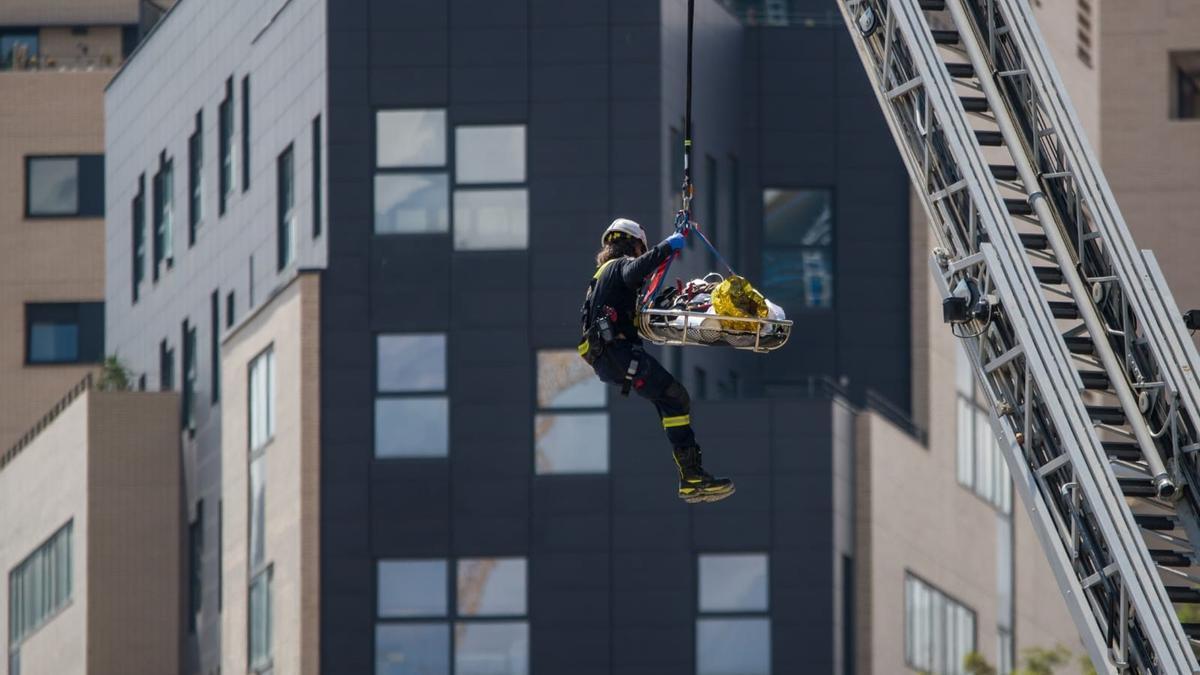 Los equipos de emergencias en el edificio que se ha derrumbado en Barcelona.
