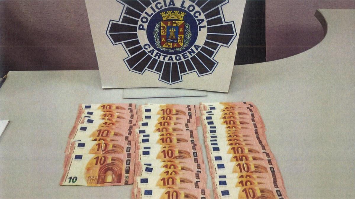 Los billetes intervenidos por los agentes de la Policía Local.