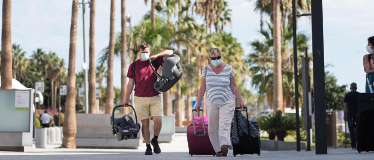 El Parlamento canario convalida el decreto que exige 'test Covid' a los turistas por alojarse en las Islas