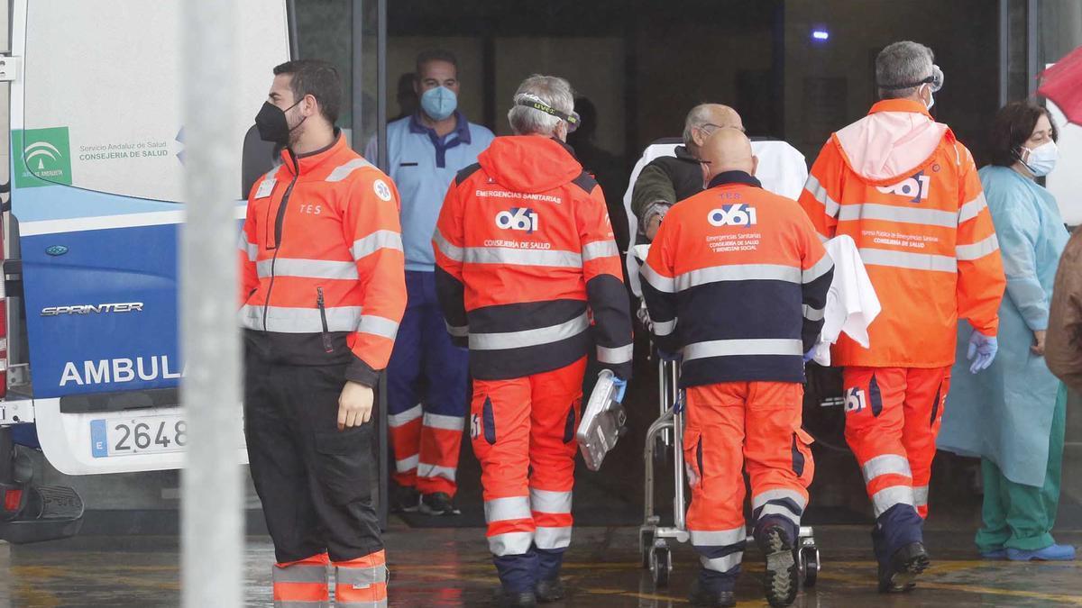 Traslado de pacientes con sospecha de covid al hospital Reina Sofía.