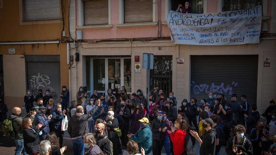 El apoyo popular frena el desahucio de una madre y sus tres hijos en Barcelona