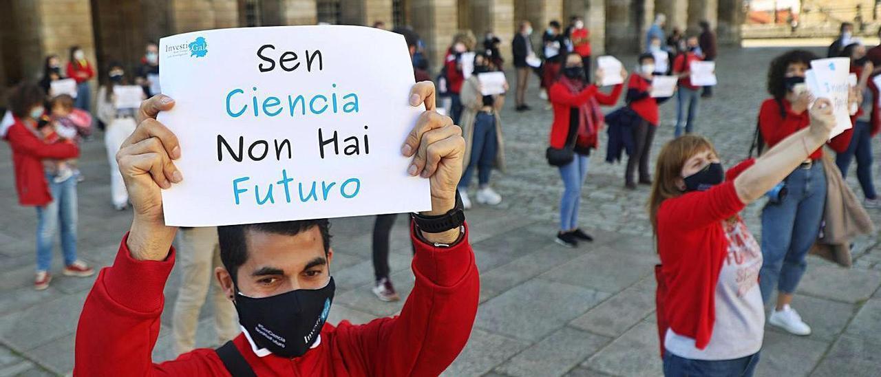 Un centenar de científicos e investigadores gallegos se movilizaron ayer en la Praza do Obradoiro de Santiago contra los 'flecos' de la Ley de Ciencia que ultima el Gobierno.
