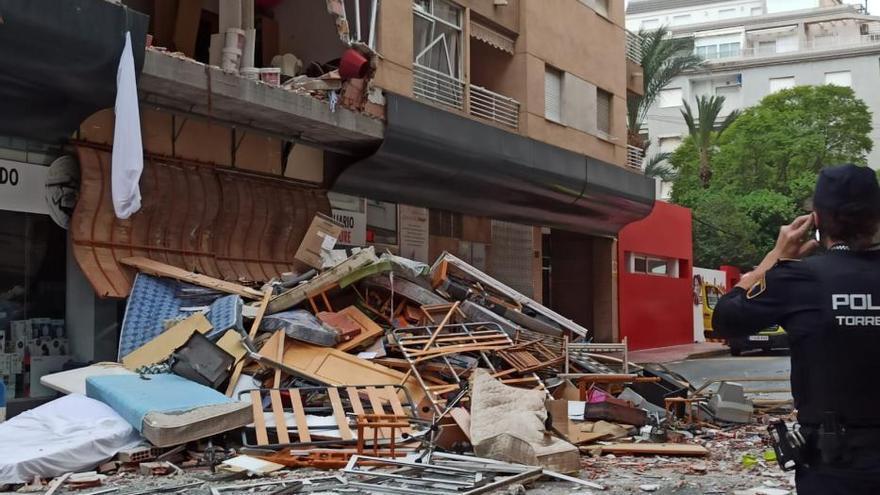 Una explosión provocada destroza parte de un edificio en Torrevieja