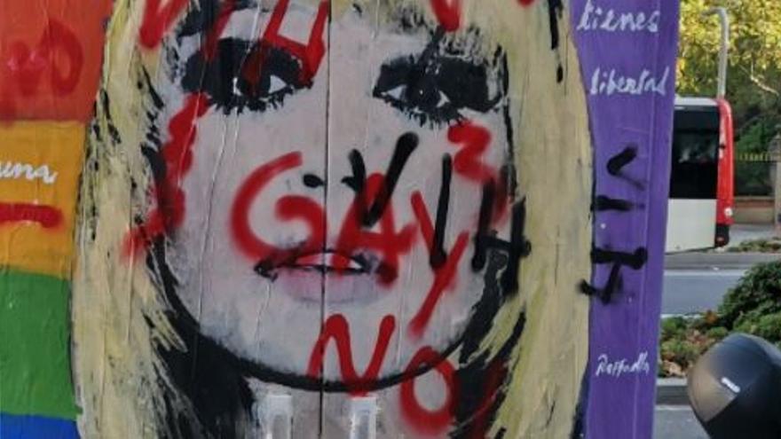 Pinten missatges homòfobs a un mural d'homenatge a Raffaella Carrà a Barcelona