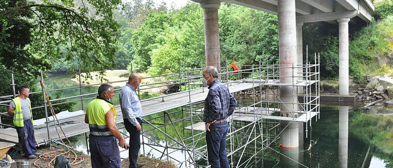 Trabajos de refuerzo de los pilares del puente de Comboa, sobre el río Verdugo.  |  // FDV