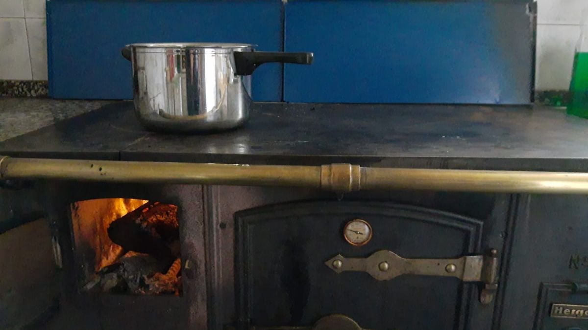 Cocina de leña encendida para poder poner la olla en un pueblo de Sanabria