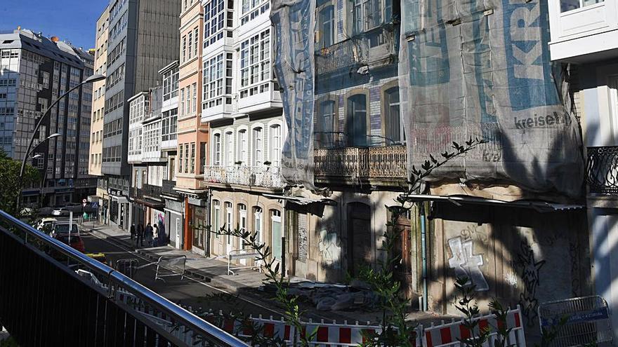 Cortada la calle Santa Lucía por la caída de parte de la fachada de un edificio en ruinas