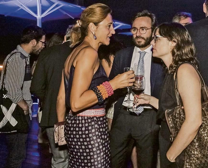 Margarita Pérez-Villegas, directora de Caixafòrum, conversa con Aitor Moll, consejero delegado de Prensa Ibérica y su hermana Idoia, consejera.