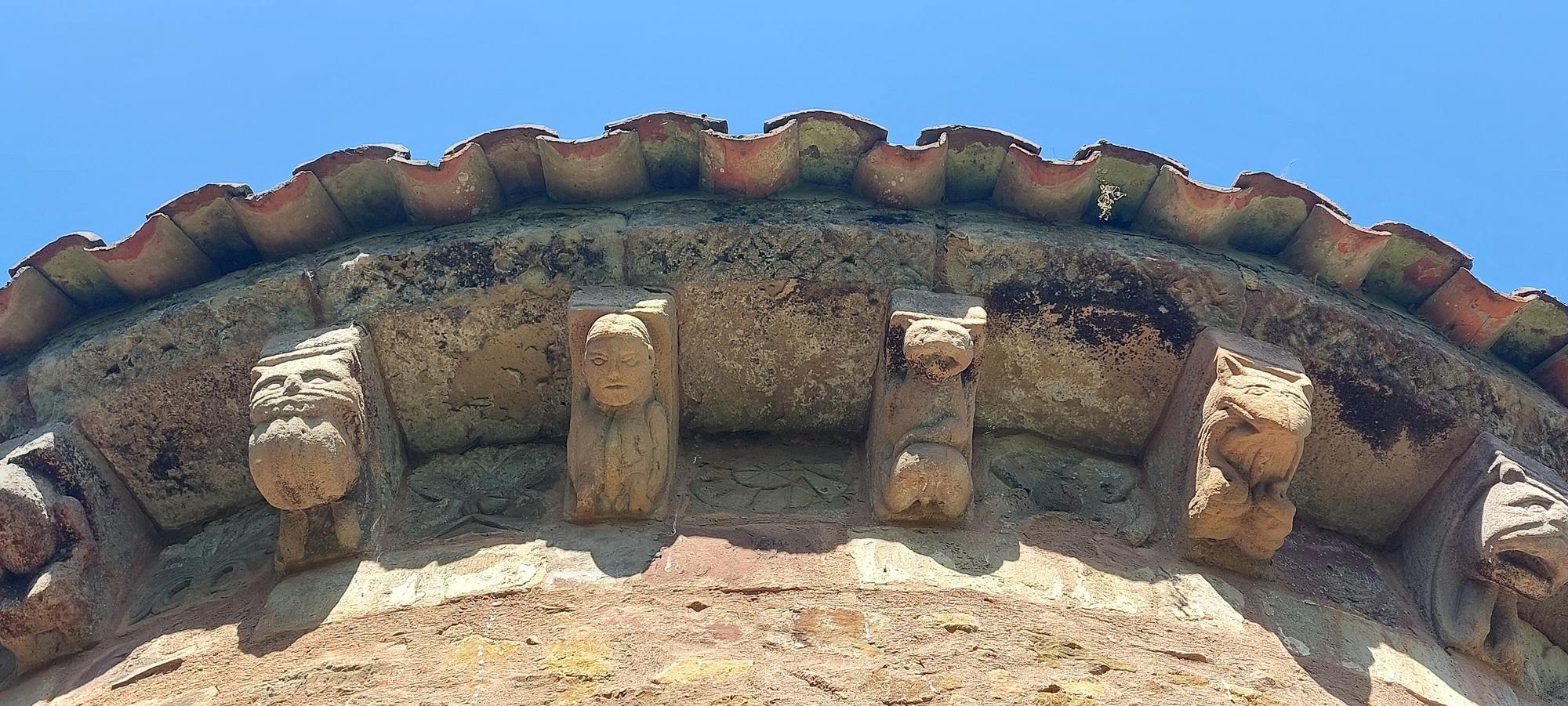 Una historia de casi mil años, las cabezas de pico vikingas y el espectáculo del ábside con 24 figuras de monstruos, juglares y enamorados: así es San Esteban de los Caballeros, joya del patrimonio de Siero
