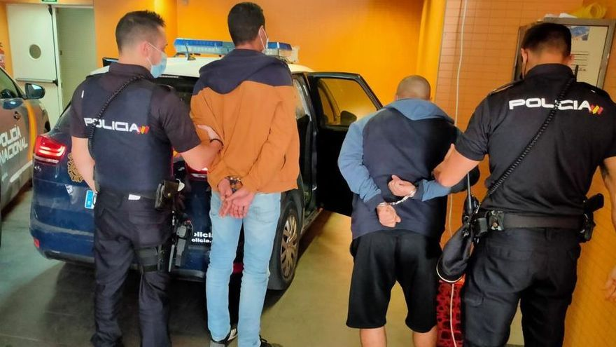 Los agentes de la Policía Nacional introducen a dos de los arrestados en la Comisaría Central
