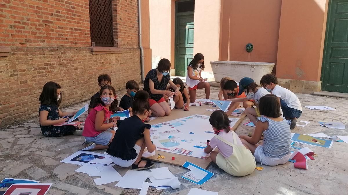 Pilar Inés del Val dirige a los pequeños en la realización de un mural conjunto