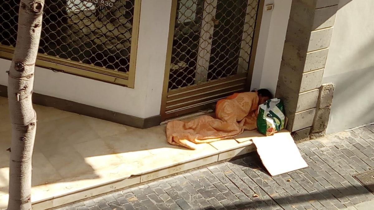 Una persona duerme en la calle.