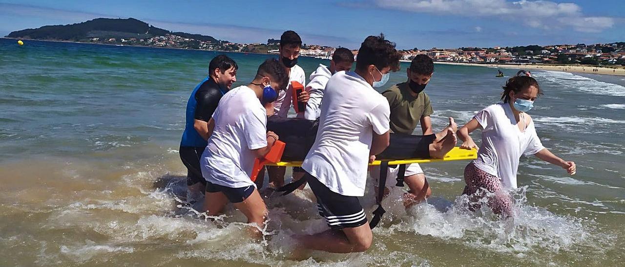 Los voluntarios de Protección Civil recibieron formación en socorrismo ayer en Praia América.     // P.C. VAL MIÑOR