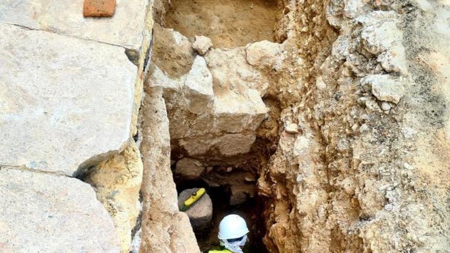Amplían las  excavaciones en la plaza de la Reina en busca de la muralla visigoda