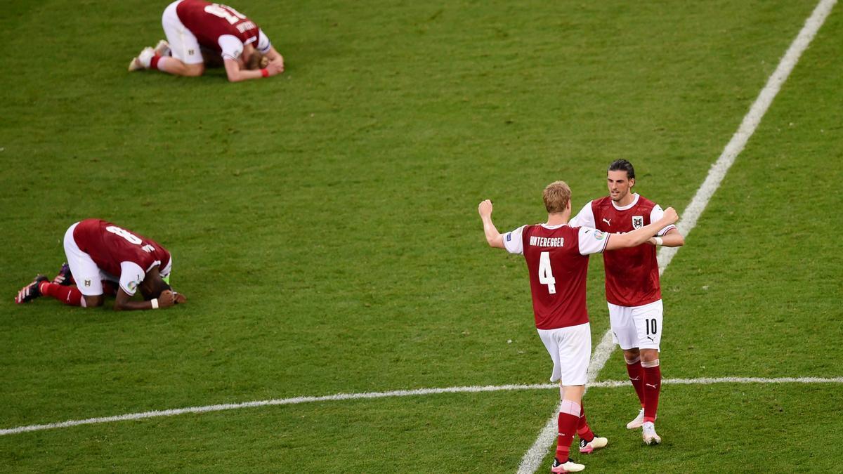 Los jugadores de Austria celebran el pase