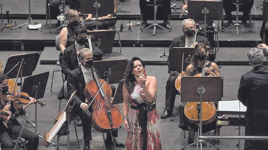 Director y solista, por encima  de la orquesta