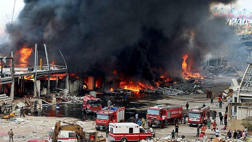 Gran incendi al port de Beirut un mes després de les explosions