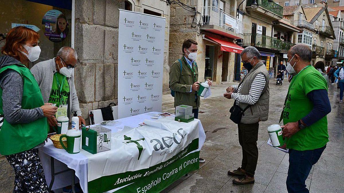 Cuestacion que realizaron ayer miembros de la AECC de Cangas frente a la plaza de abastos.