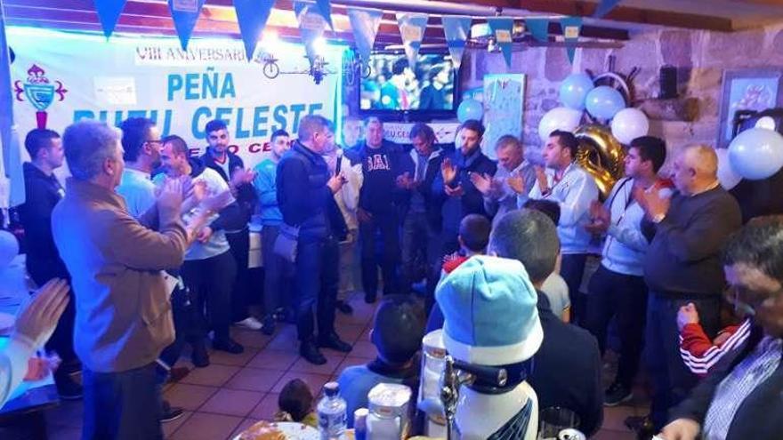 Sergio celebra el aniversario de la Peña Bueu Celeste