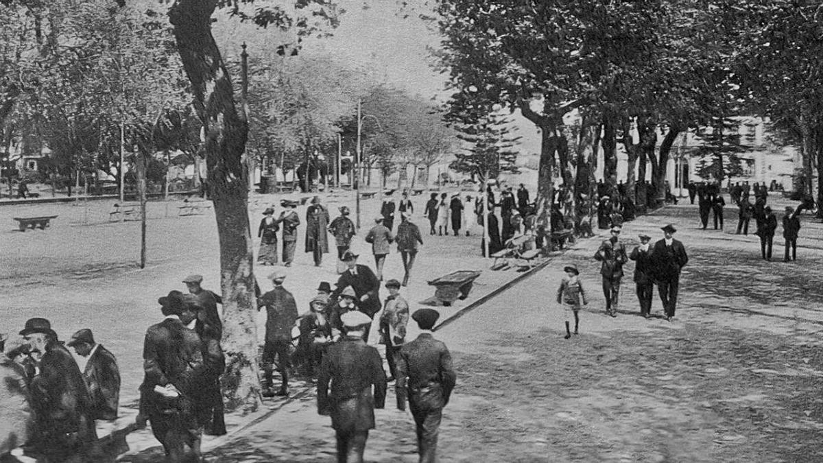 El paseo por la Alameda  a finales del siglo XIX, con sus  cuatro andenes diferenciados,  según las clases sociales.
