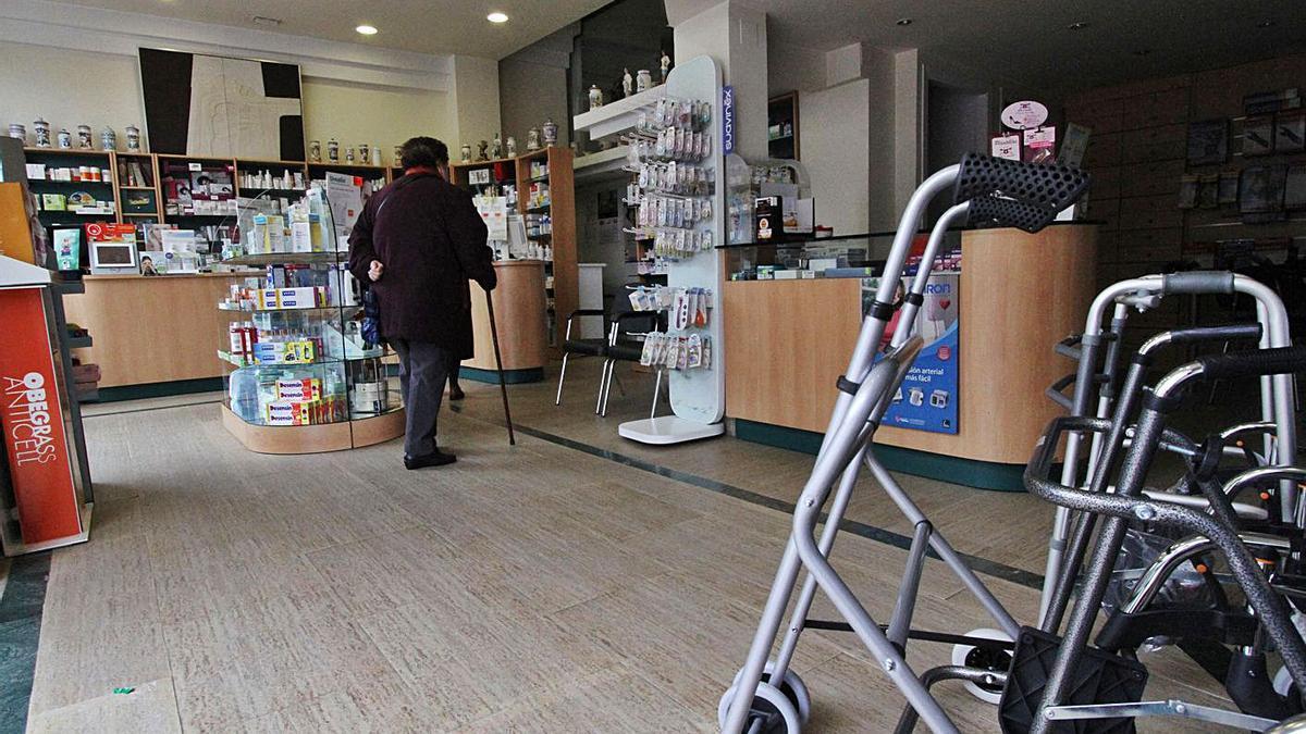 Una mujer en una farmacia.