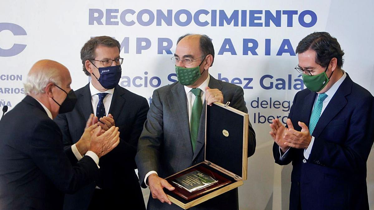 De izquierda a derecha, Fontenla, Feijóo, Sánchez Galán y Garamendi, ayer en A Coruña.   | // CABALAR