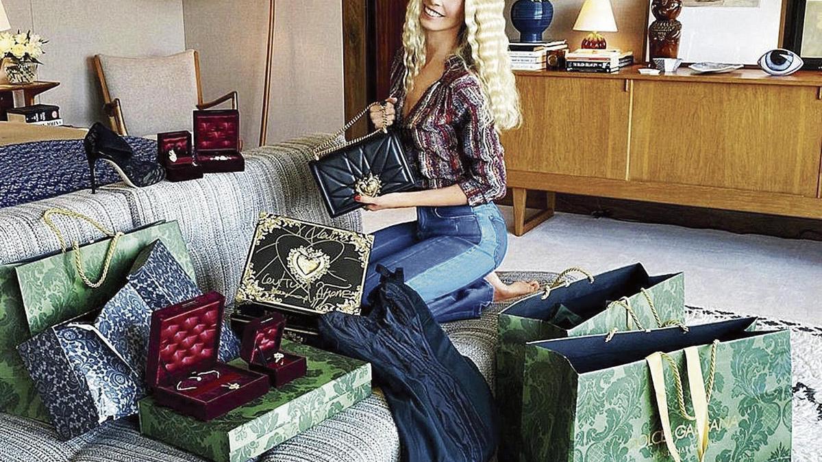 Claudia Schiffer muestra algunos de sus regalos de cumpleaños.
